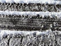 Следы автошины на снежке стоковые изображения rf