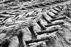 Следы автошины трактора на влажной серой земле Стоковые Фотографии RF