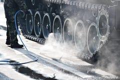 Следы и колеса танка во время военного парада Стоковые Изображения RF