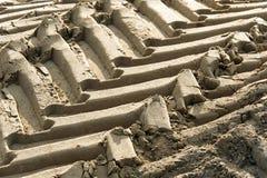 Следы колеса трактора в песке Стоковые Фото