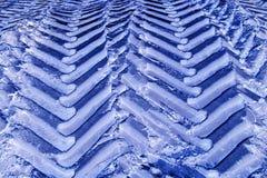 Следы колеса трактора в снеге Стоковое Фото