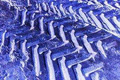 Следы колеса трактора в снеге Стоковое фото RF