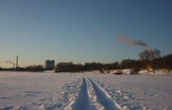 Следы на замороженном реке Стоковые Изображения