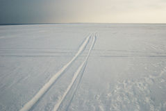 Следы на замороженном snowcovered озере Стоковая Фотография RF