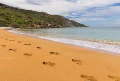 Следы ноги в песке - заливе Ramla, Мальте Стоковое Изображение