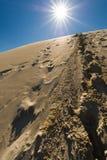 Следы ноги в песчанных дюнах, Сахаре, Марокко Стоковое Изображение RF