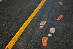 Следы ноги на идя следе стоковое изображение rf