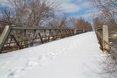Следы ноги пересекают старый мост Стоковые Фото