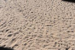 Следы ноги песка на пляже Стоковое фото RF