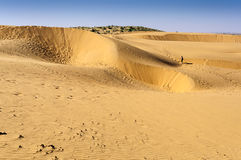 Следы ноги туриста мальчика идя на песчанные дюны, дюны СЭМ  Стоковое Фото