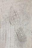 Следы ноги человека на конкретном следе Стоковые Изображения RF