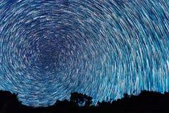 Следы от звезд в форме линий спирали увядая стоковая фотография