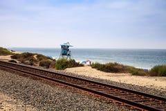 Следы поезда, который побежали через пляж положения San Clemente стоковое изображение