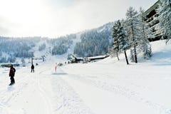 Следы лыжи в катаясь на лыжах районе через Lattea, Италию Стоковое Изображение