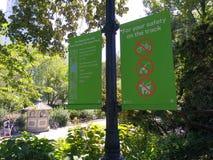 След Central Park, Стефани и Фреда Shuman идущий, для вашей безопасности на следе, правила, Манхаттан, NYC, NY, США Стоковые Фото