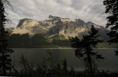 След Minnewanka озера Стоковые Изображения RF