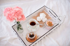 С завтраком в подносе кровати Стоковые Фотографии RF