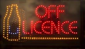 С знака неонового света винного магазина лицензии Стоковые Изображения RF