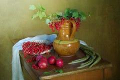 Слива, смородины и цветки ягоды на таблице Стоковое Изображение