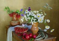 Слива, смородины и цветки ягоды на таблице Стоковое фото RF