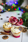 Сливк испечет, пирожные отрезала красное гранатовое дерево, циннамон, высушенные лимоны лежит на белом деревянном столе Стоковые Фотографии RF