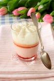Сливк клубники десерта в стекле с ложкой Стоковая Фотография RF