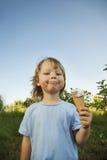 сливк мальчика есть счастливый льдед немного стоковые фото