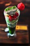 Сливк мороженого Matcha зеленого чая клубники мягкая Стоковое Изображение