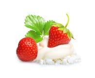 Сливк при изолированная клубника ягоды Стоковые Фотографии RF