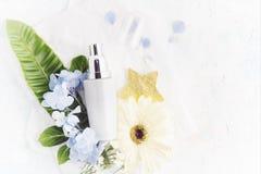 Сливк плоского положения moisturizing с тропическими цветками Стоковое Фото