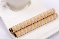 Сливк шоколада вафли свертывает на плите кофе Стоковые Изображения RF