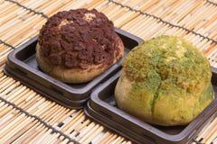 Сливк choux шоколада и зеленого чая стоковые изображения