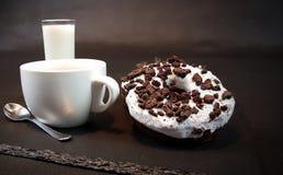 Сливк Donuts ест чайную ложку молока сладостной чашки Стоковое фото RF