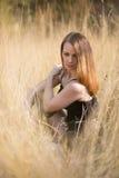 с длинными красными дуя волосами outdoors стоковая фотография rf