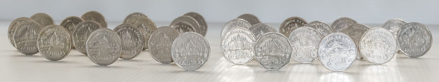 Слишком много монеток стоят стоковое изображение rf