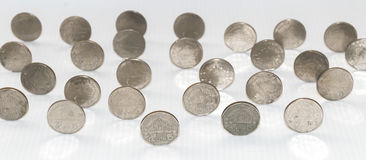 Слишком много монеток стоят стоковое фото rf