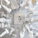 Слишком много электрических штепсельных вилок воюют для силы Стоковые Изображения RF