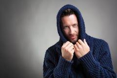 С капюшоном бородатый человек нося голубой свитер стоковая фотография rf