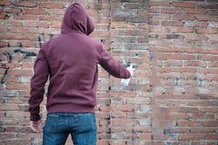 С капюшоном граффити сочинительства tagger Стоковая Фотография RF