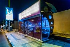 С кондиционером автобусная остановка в Дубай с туристским отражением i Стоковые Фотографии RF