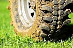С колеса и автошины дороги вполне грязи Стоковое Изображение RF