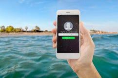С моим телефоном на море Стоковые Изображения
