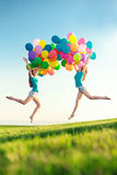 С днем рождения женщины против неба с цвета радуги ба воздуха Стоковые Фото