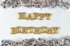 С днем рождения золотые подарки текста и серебра на белизне стоковое изображение rf