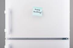 С днем рождения примечание на белой двери холодильника Стоковое Изображение RF