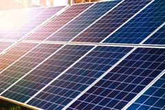С низким энергопотреблением панели солнечных батарей производящ электричество стоковая фотография