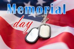Слова Дня памяти погибших в войнах над американским флагом и регистрационными номерами собаки стоковое фото rf