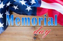 Слова Дня памяти погибших в войнах над американским флагом на древесине стоковая фотография