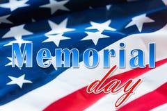 Слова Дня памяти погибших в войнах над американским флагом стоковые фотографии rf