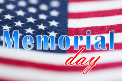 Слова Дня памяти погибших в войнах над американским флагом стоковые изображения rf